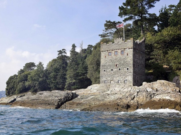kingswear-castle-in-devon-is-the-most-game-of-thrones-looking-of-the-properties-and-it-was-built-to-defend-a-harbour-at-the-turn-of-the-16th-century