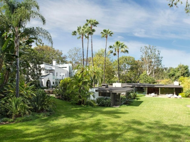 both-the-home-designed-by-neutra-right-and-the-contemporary-main-house-left-sit-in-stunningly-green-surroundings-in-pacific-palisades-california (1)