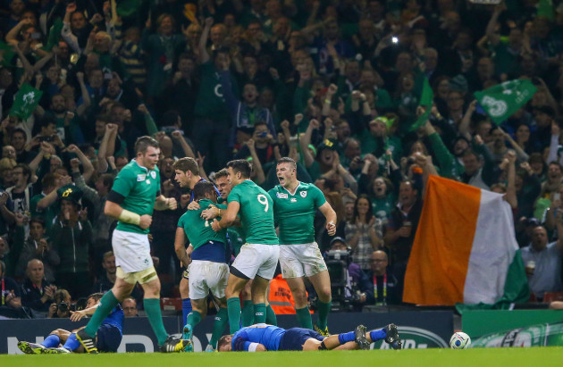Rob Kearney celebrates his try with Tommy Bowe, Conor Murray and Robbie Henshaw