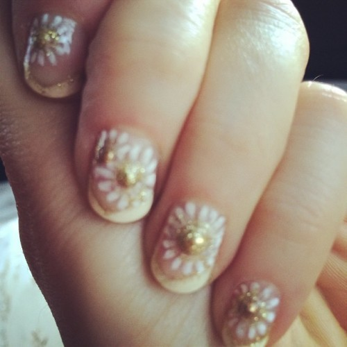 Daisy manicure for #goldenglobes! By @tombachik