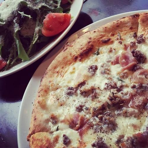 今日はお客さんとして。 ルッコラサラダとお肉屋さんのピッツァ、マチェライオ^ ^! #ピッツェリアサングスト #pizza #ピッツァ #ナポリピッツァ #マチェライオ