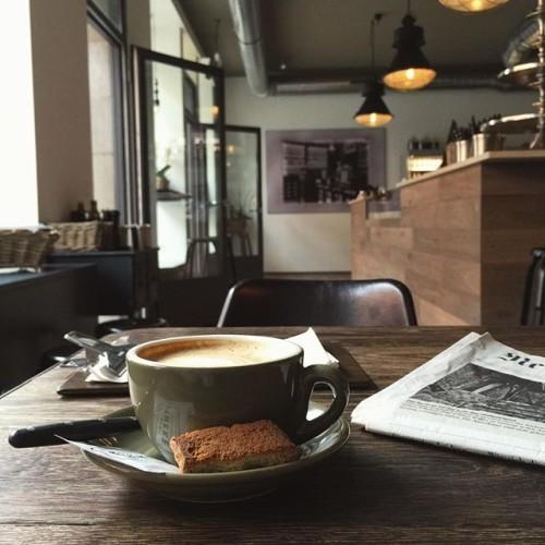 Apotheke | #cappuccino #apotheke_zh #coffeeandpapers #nzz #coffee #latteart #zurich #züri #interior #architecture #apotheke #카푸치노 #커피스타그램 #취리히 #스위스 #신문보기