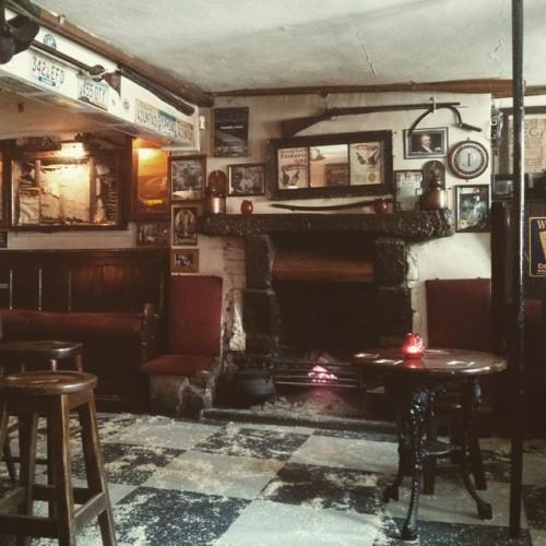 On s'est arrêté dans le plus vieux pub d'Irlande, il date du 9e siècle et c'est joli.