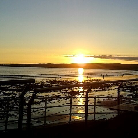 Had to leave down my drink to take a picture of this view on Wednesday ❤#outfordrinks #girlynight #lahinch #surfcity #o'looneys #surfbar #home #breathtakingview #sea #sunset #nofilter #ireland #potd #followforfollow