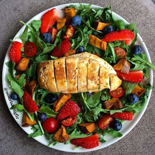 Genuinely the nicest salad I've ever made in my life. Strawbs, blueberries, cherry tomatoes, rocket, sweet potato and chicken