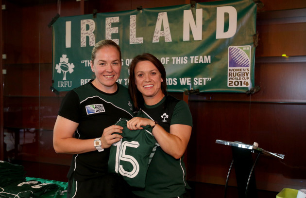 Lynne Cantwell presents the jersey to Niamh Briggs