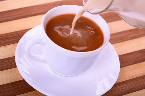 pouring-coffee-with-milk-tea-coffee-cup_3121728