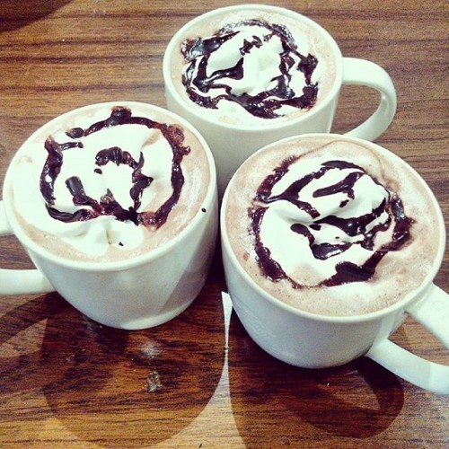 Hot chocolate.. perfect nightcap on this Thursday, spending time with friends.. #starbucks #starbuckschowpatty #starbuckshotchocolate #hotchocolate #goodfriends #lazyevening #goodtimes
