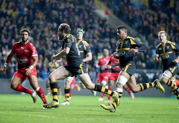Ruaridh Jackson runs in a try