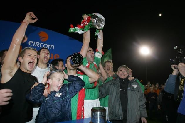 Captain Dan Murray lifts the Eircom League trophy