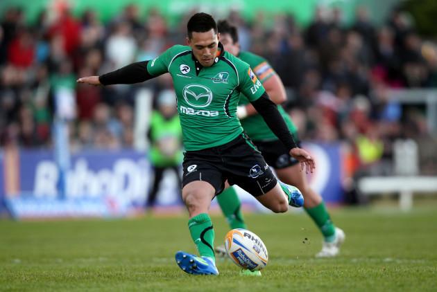 Miah Nikora kicks a penalty