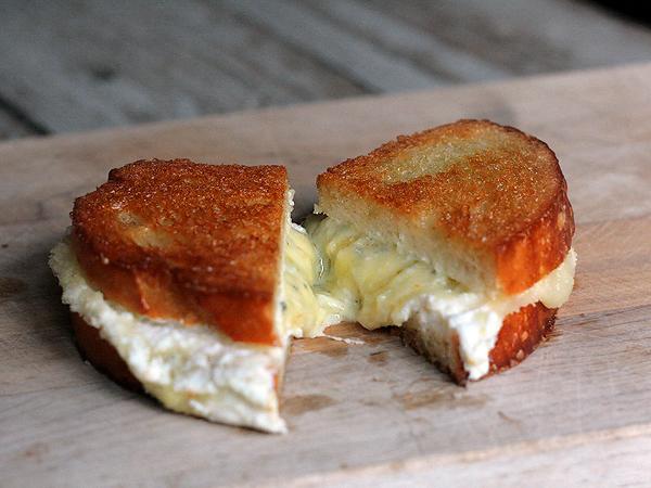 quattro-formaggio-grilled-cheese-cut-2