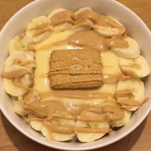 Had fun with this one indulging a childish craving for bananas and custard. A lovely bowl @mornflake banana oats, peanut butter protein topped with fresh creamy custard, toffee @nutsnmore and a cheeky custard cream to complete the theme. Sweet and delicious and help me sleep nicely