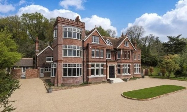 highwell-house-sits-in-the-english-countryside-in-crowborough-east-sussex