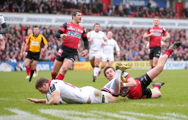 Darren Cave scores a try