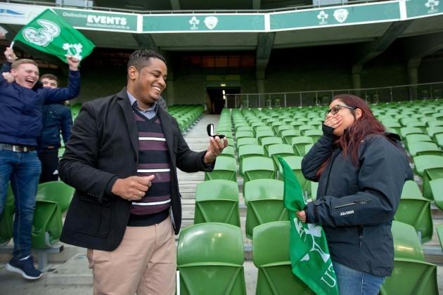 Paulo Eduardo proposes to Jessica Moraes