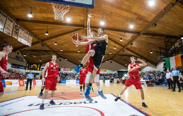 Alex Dolenko under pressure
