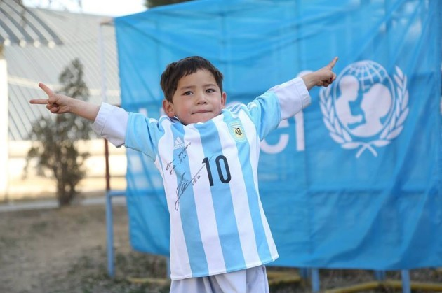 online store 9e9c7 3cf5e The little kid with the plastic Messi jersey has finally ...