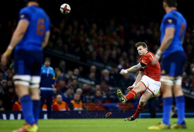 Dan Biggar kicks the opening penalty