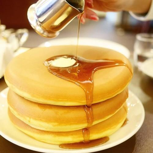 最初で最後の夢にします!ってことで巨大ホットケーキ三段重ね♡あまりの迫力に全員絶句しました(@_@)w #hotcake #hotcakes #west #aoyamagarden #aoyama #nogizaka #tokyo #cafe #sweets #pancake #pancakes #ウエスト #ウエスト青山ガーデン #ホットケーキ #パンケーキ #東京 #青山 #青山一丁目 #乃木坂 #カフェ #スイーツ #ミスター黒猫さんとたっちゃんずパンケーキ部の矛盾会 パンケーキ以外は@tamaruyukikoです♪