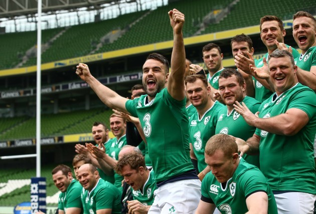 The Ireland squad applaud Jonathan Sexton as her arrives for the team photo