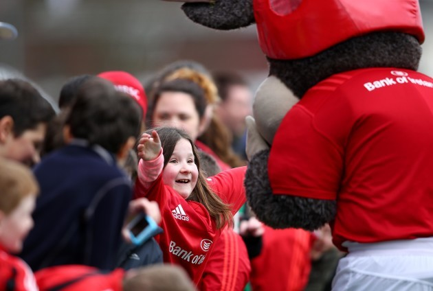 A young supporter meets Munster mascot Oscar