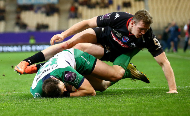 Robbie Henshaw gathers the ball to score his sides second try despite Chris Farrell