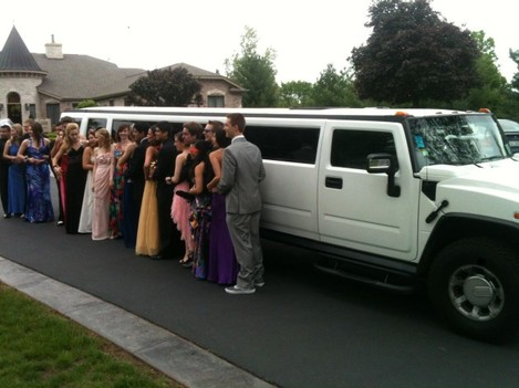Hummer_Limo_used_for_Prom