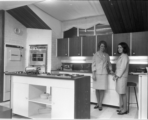rds_home-exhibit_ktichen-with-demonstrators_1960s-e1461143051562