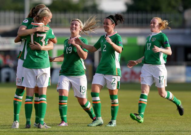 Stephanie Roche celebrates wit the team