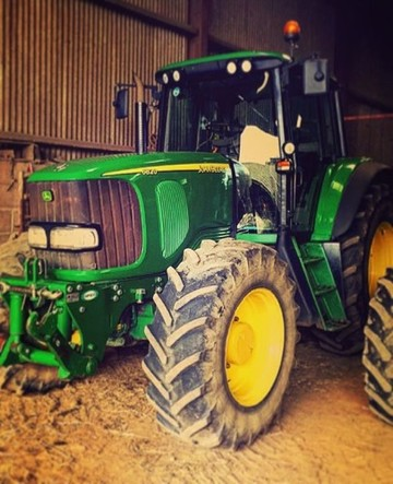 All clean and shiny waiting for some grass to be knocked down #johndeere #6820 #greenpower #fearthedeere #summer #silage