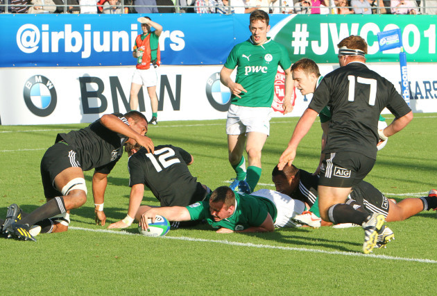 Ed Byrne stretches to score a try