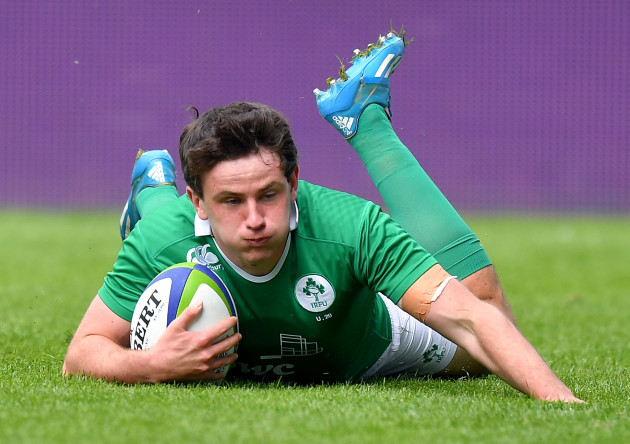 Hugo Keenan scores his team's first try