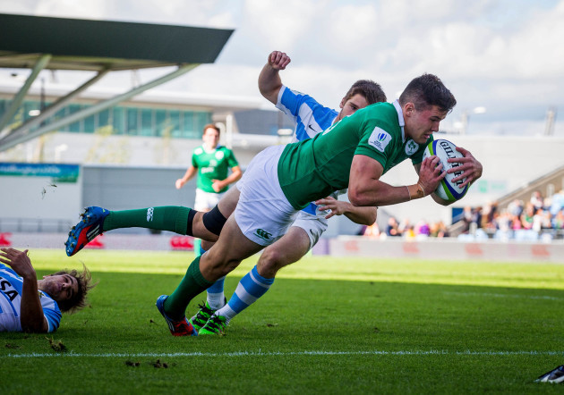 Jacob Stockdale scores the first try