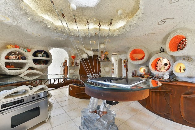 despite-appearances-the-home-does-contain-typical-appliances