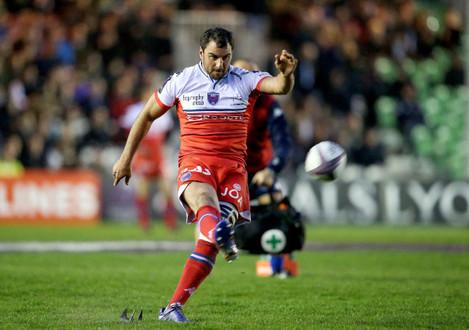 Jonathan Wisniewski kicks a penalty