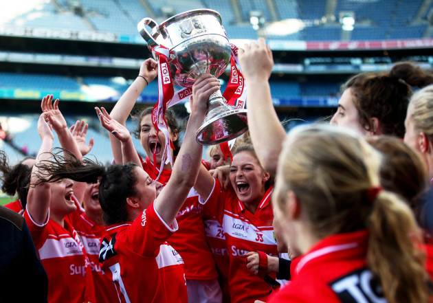 Ciara O'Sullivan raises the trophy in the air as the team celebrates