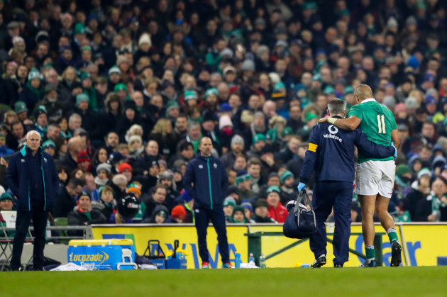 Simon Zebo leaves the field with an injury