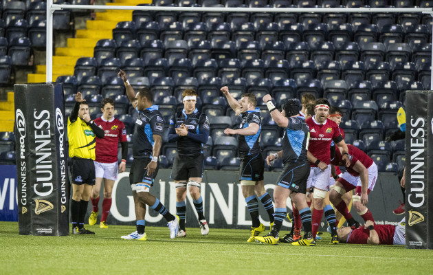 The Warriors team celebrate the full time whistle