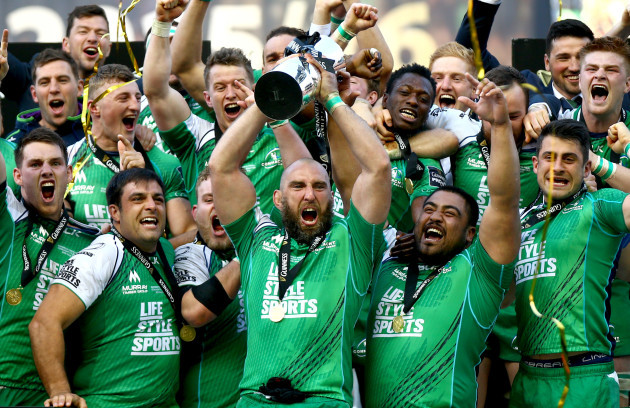 John Muldoon lifts the PRO12 trophy