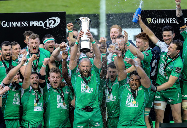 John Muldoon lift the Guinness Pro12 Trophy
