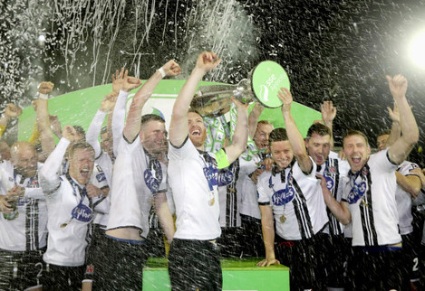 Stephen O'Donnell lifts the SSE Airtricity League trophy