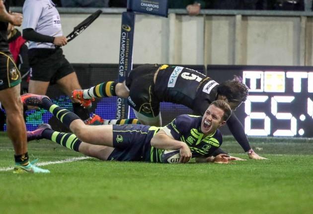 Rory O'Loughlin scores a try