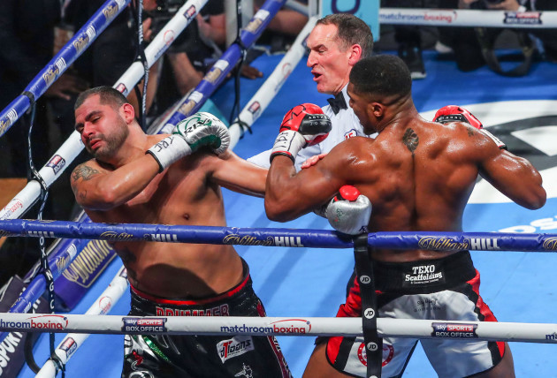 The referee stops the fight between Anthony Joshua between Eric Molina