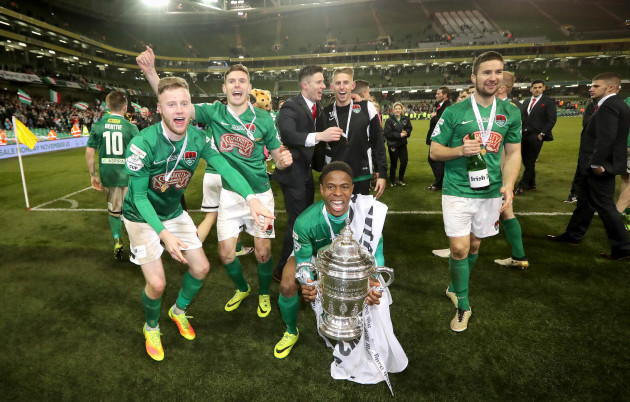 Chiedozie Ogbene celebrates with The FAI Cup