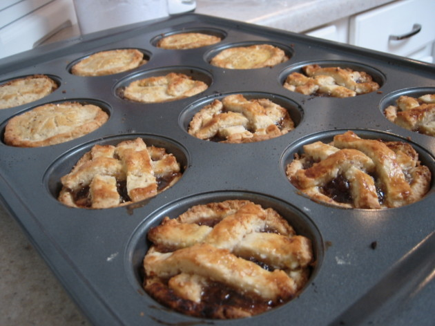 Mince_pies_-_covered_and_with_lattice_top,_December_2005