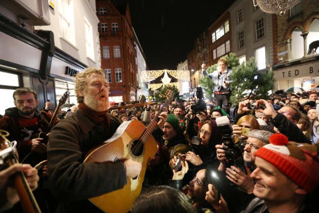 24/12/2016. Glen Hansard lead musicians busking on