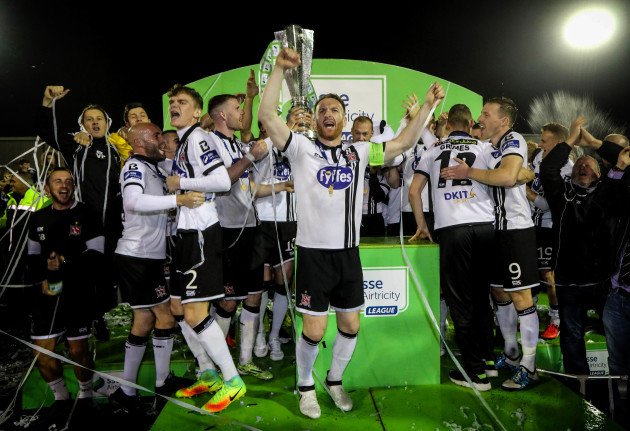 Stephen O'Donnell celebrates winning the SSE Airtricity League trophy