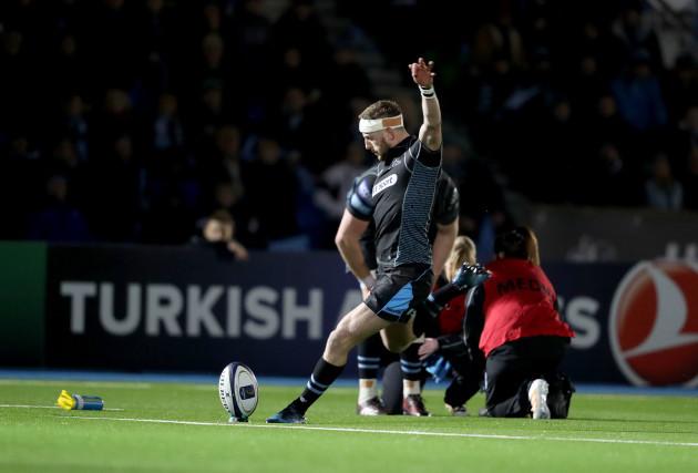 Finn Russell kicks a penalty
