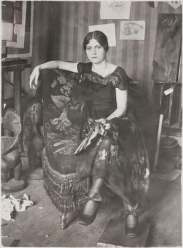 Olga_Khokhlova_dans_l'atelier_de_Montrouge,_Pablo_Picasso_(attribué_à),_or_Émile_Deletang,_spring_1918